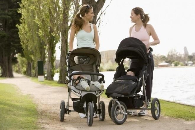 mẹ đưa bé đi chơi trên xe đẩy