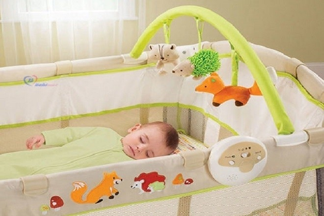 trẻ sơ sinh nằm ngủ trong nôi