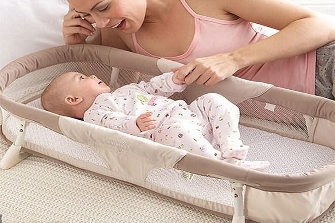 mẹ nên hạn chế sự rung lắc mạnh khi bé nằm nôi