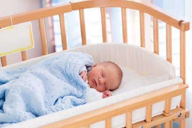 mẹ nên tập thói quen cho bé ngủ trên giường