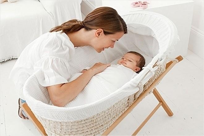 trẻ nằm nôi sớm dễ bị vẹo cột sống