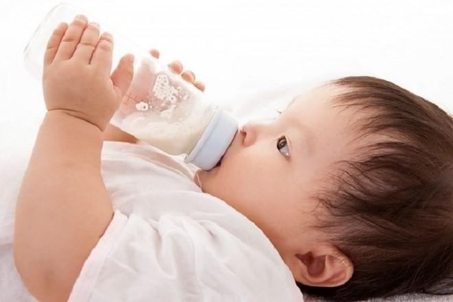 mẹ không nên ép con uống sữa quá nhiều