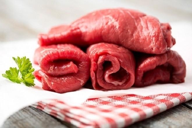 cung cấp chất béo cho bé bằng cách tăng cường lượng thịt trong bữa ăn