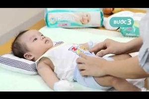 Cách thay tã cho trẻ sơ sinh