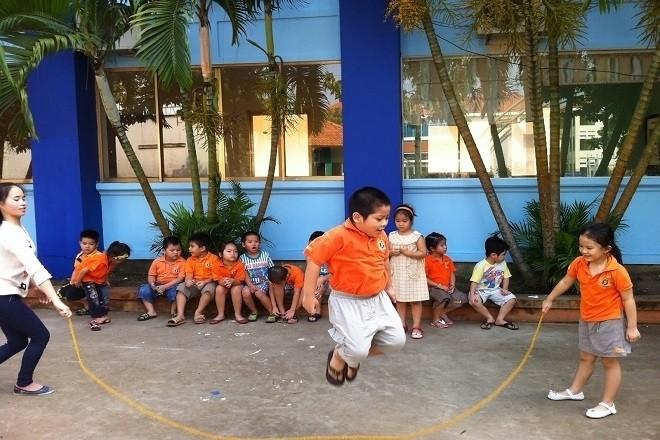 các bé tập nhảy dây