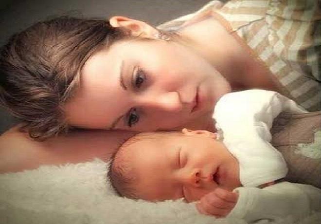 mẹ lo lắng trẻ sơ sinh bị đổ mồ hôi đầu