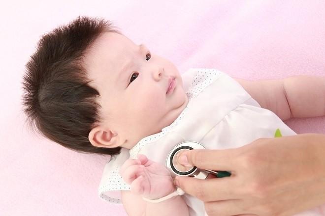 bác sỹ khám cho trẻ sơ sinh bị đờm