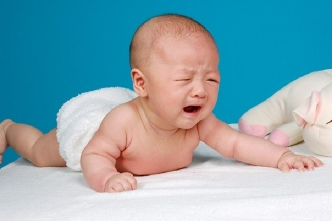 trẻ sơ sinh bị đàm quấy khóc