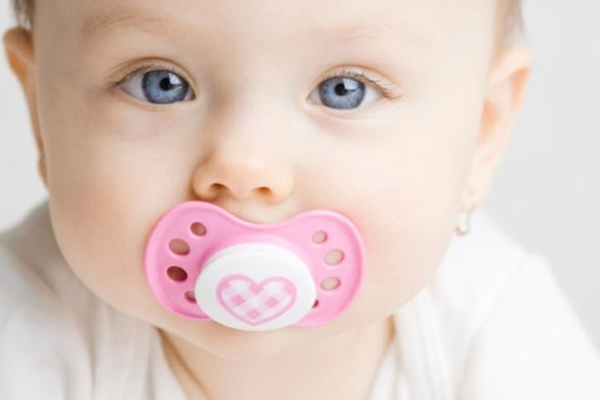 thói quen ngậm vú giả khiến trẻ sơ sinh hay nhai miệng