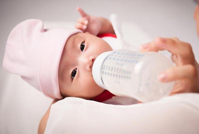 các mẹ không nên cho trẻ dùng sữa công thức quá sớm