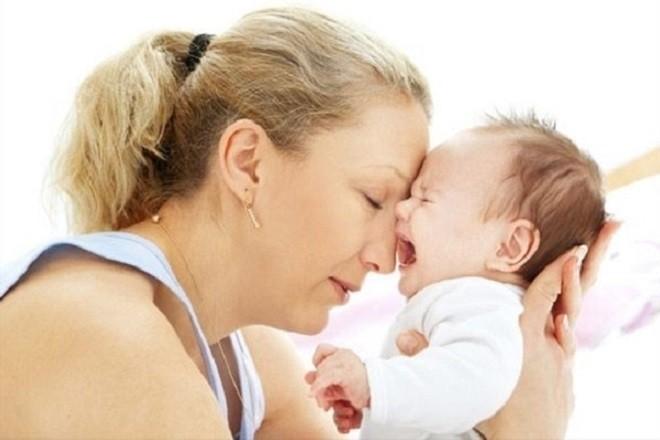 trẻ sơ sinh không đi ngoài quấy khóc