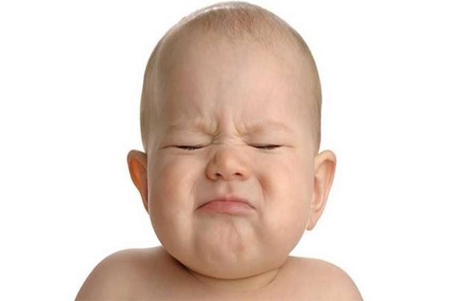 trẻ sơ sinh không đi ngoài khó chịu quấy khóc