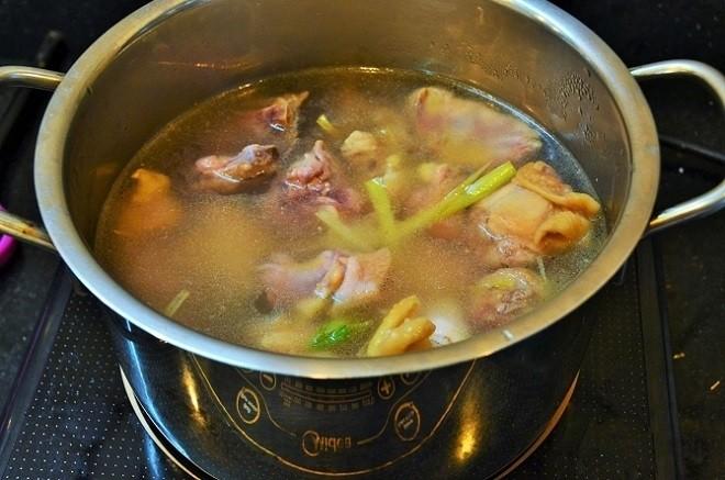 cho nước vào gà rồi đun sôi