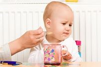 Bé không chịu ăn cháo mà chỉ uống sữa, ăn bột thì phải làm sao?