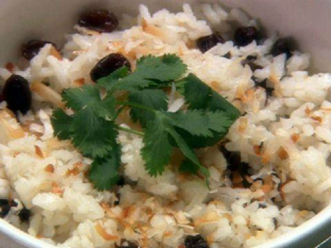 cơm dừa nấu kèm nho khô