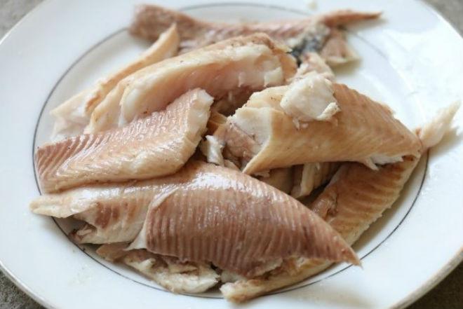 cá lóc làm sạch luộc chín và gỡ lấy thịt cá