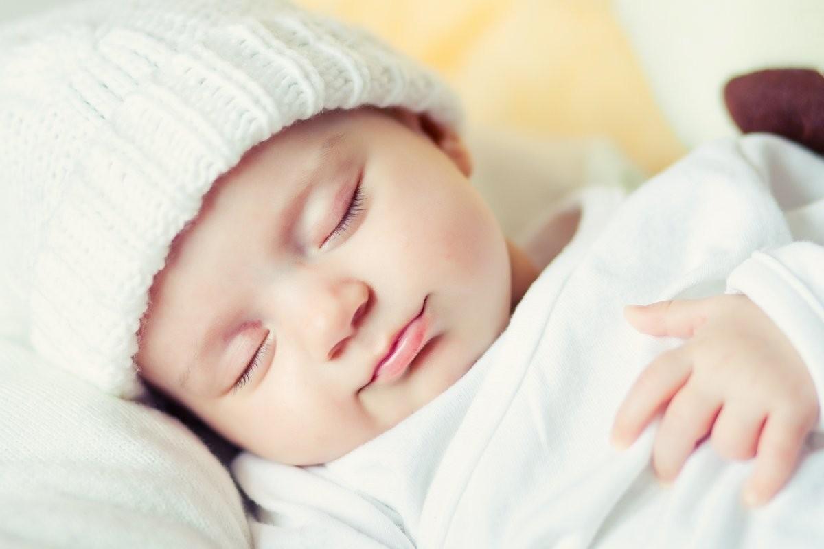 giữ ấm là một trong những cách hạn chế tình trạng trẻ 2 tháng tuổi ngủ ít