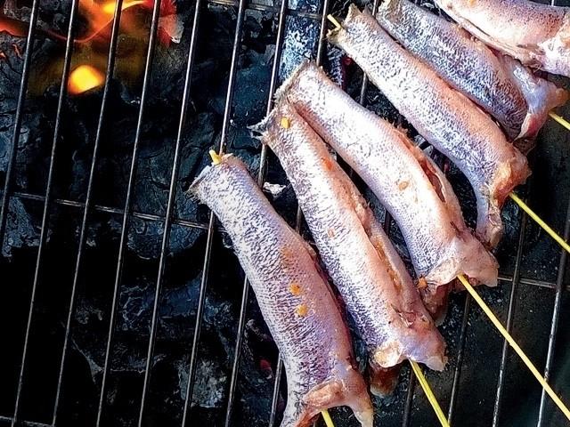 cá bống nướng trên than hoa