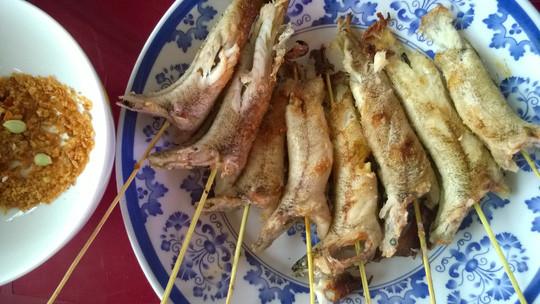 cá bống nướng trên dĩa