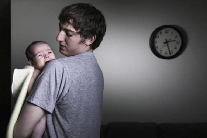 trẻ hay quấy khóc đêm là dấu hiệu mọc răng