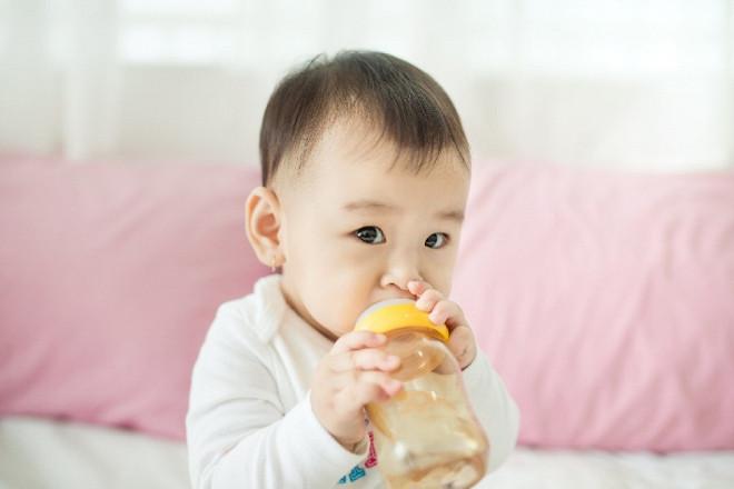 Bé bị táo bón do dị ứng với các thành phần của sữa