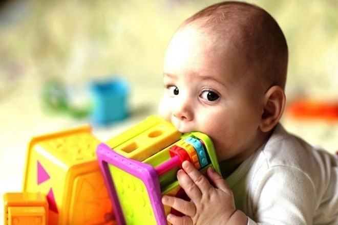 bé muốn gặm nhấm mọi thức đồ chơi xung quanh