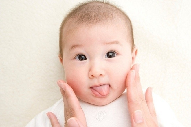 mắt của trẻ sơ sinh khá bằng 70 mắt người lớn