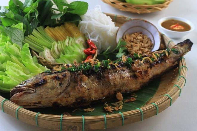 cá nướng bằng lá chuối trên mâm