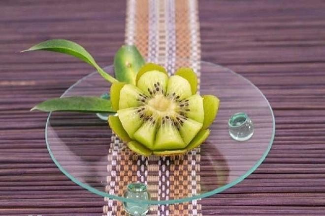 tỉa kiwi thành bông hoa xinh xắn
