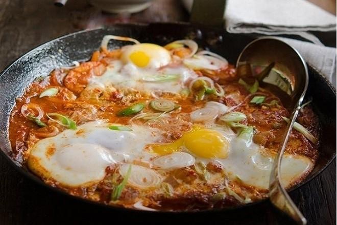 thưởng thức đậu phụ chiên trứng cùng cơm nóng