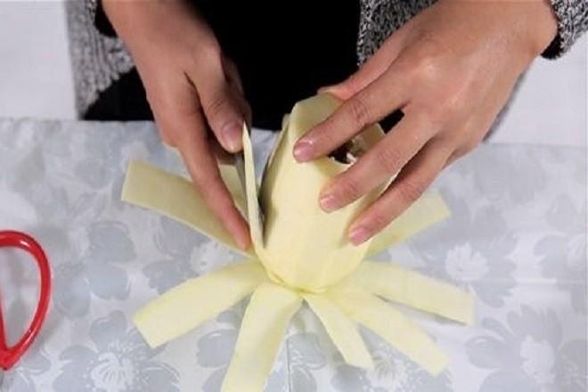 xắt đu đủ thành những miếng mỏng theo chiều dọc để tạo thành hình cánh hoa.