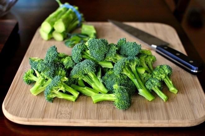 bông cải xanh rửa sạch, thái nhỏ