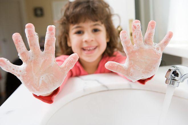 trẻ rửa tay bằng xà phòng