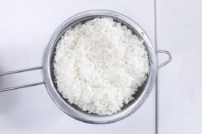 Gạo tẻ vớt ra rổ, để ráo
