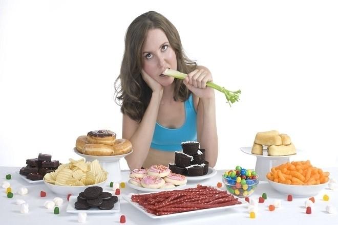 chế độ ăn uống không phù hợp cũng khiến âm hộ tiết ra dịch màu nâu