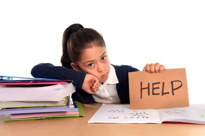 bé gái cần giúp đỡ học tập
