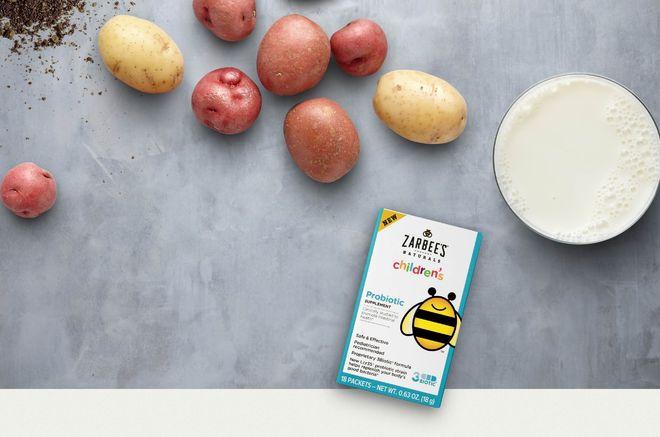 hộp men cho trẻ bên cạnh khoai tây và sữa