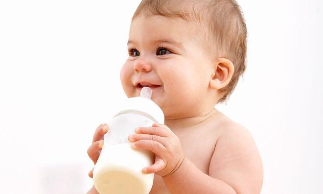 cho bé uống sữa