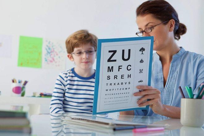 dạy bé trai học bảng chữ cái