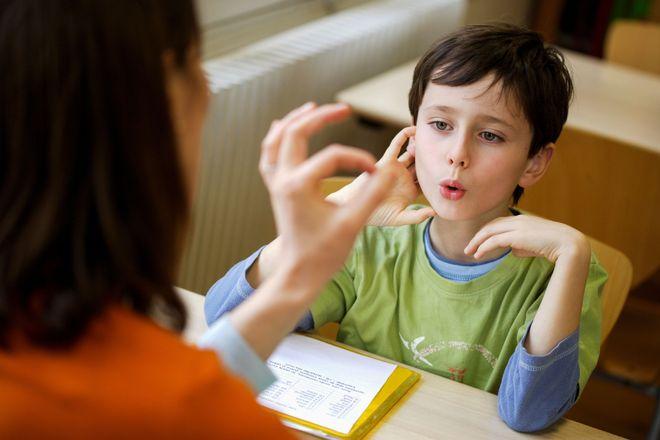 dạy trẻ tập nói theo mô phỏng ngón tay