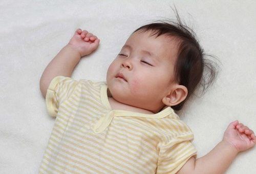 Bé bị sốt và cách hạ sốt cho bé nhanh chóng