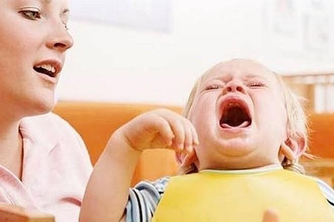 việc cố tống đờm ra ngoài có thể khiến cổ họng bé bị tổn thương