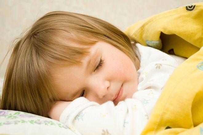 bé gái đắp mền nằm sấp ngủ
