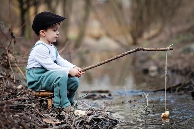 bé trai câu cá
