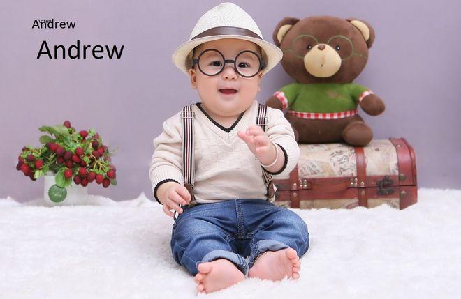 bé trai đeo kính