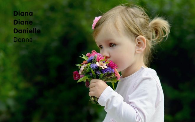 bé gái cầm chùm hoa