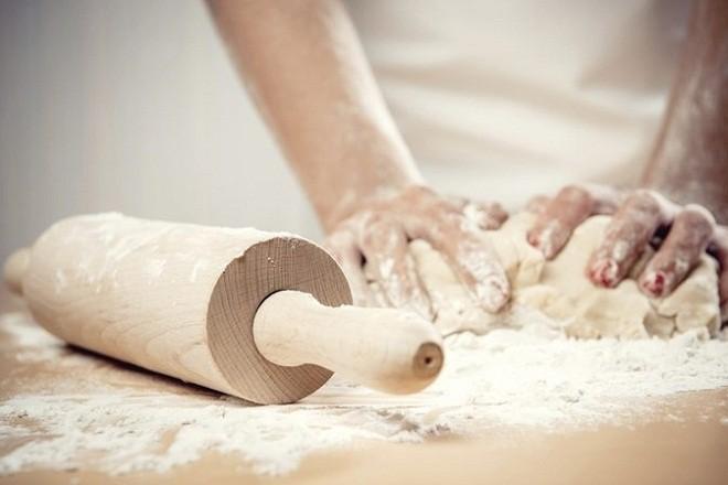 nhào bột thật kỹ cho đến khi bột dẻo mịn