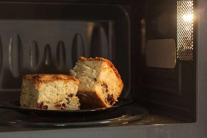 bánh bông lan được nướng bằng lò vi sóng