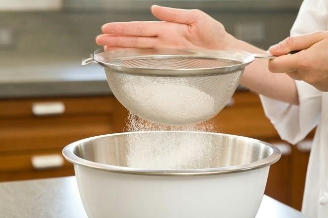luôn phải rây thật mịn bột mì hoặc bột nở