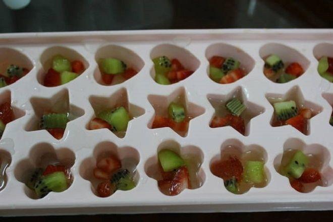 rót rau câu trái cây vào khuôn